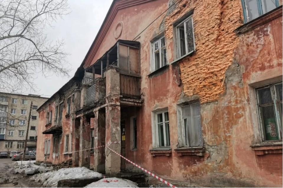 В начале апреля в Барнауле начали сыпаться дома