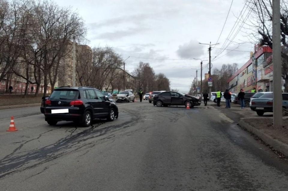 На дороге столкнулись три автомобиля: Volkswagen Passat, Lada Vesta и Volkswagen Tiguan. Фото: vk.com/gibdd43