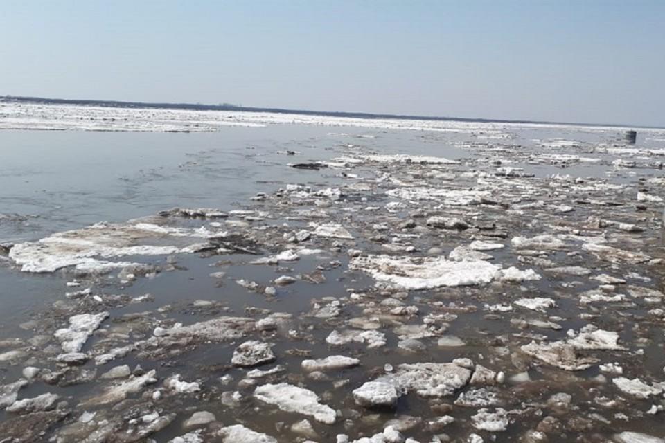 Рыбаки на порванной резиновой лодке курсировали между льдинами в Хабаровском крае