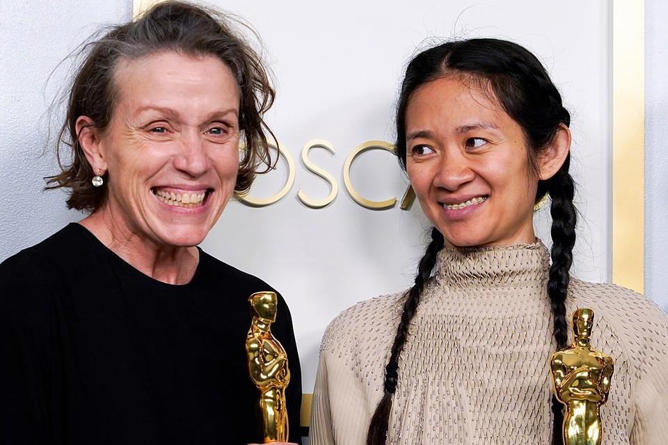 """Фрэнсис МакДорманд (слева), получившая награду за лучшую женскую роль в фильме """"Земля кочевников"""" и режиссер Хлоя Чжао, получившая награду за лучшую режиссуру"""