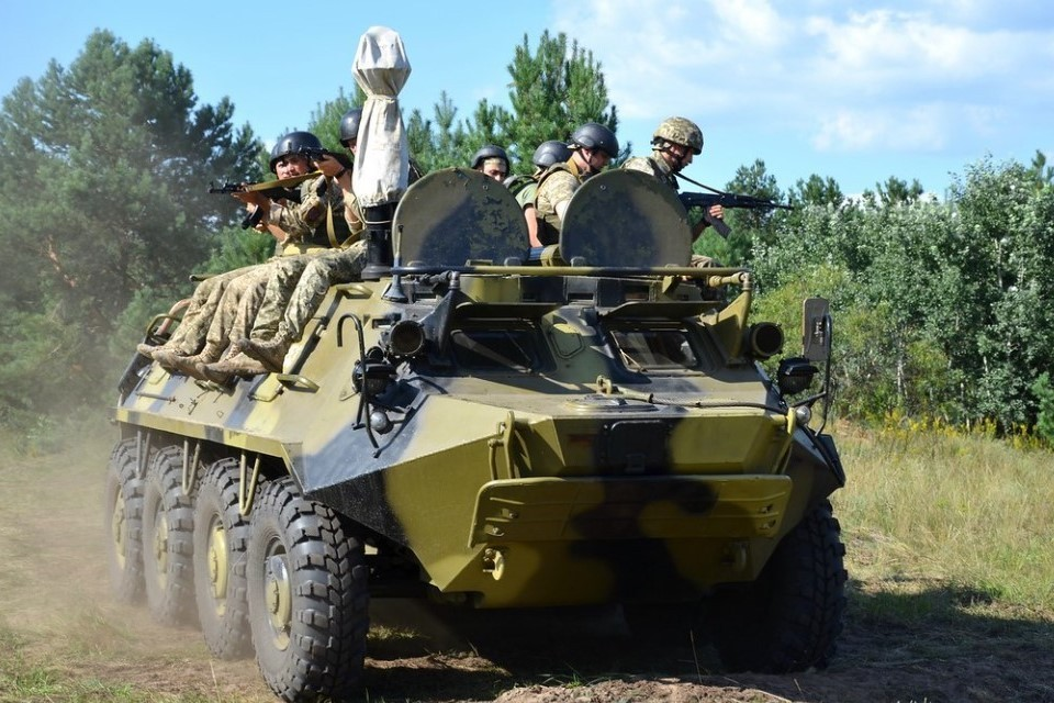 Боевики ВСУ пригнали бронетехнику в жилые районы. Фото: Минобороны Украины