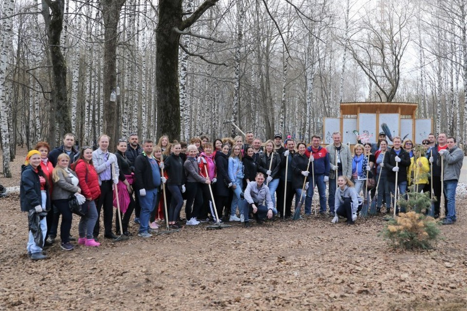 Участники субботника убрали скопившийся за зиму в парке мусор, крупные ветки и старую листву с газонов, а также с детской площадки. Фото: городская дума Нижнего Новгорода
