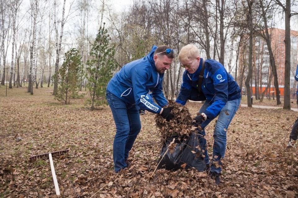 В рамках субботника активисты убрали бытовой мусор, сухие ветки и сорную растительность в зеленых и игровых зонах. Фото: городская дума Нижнего Новгорода
