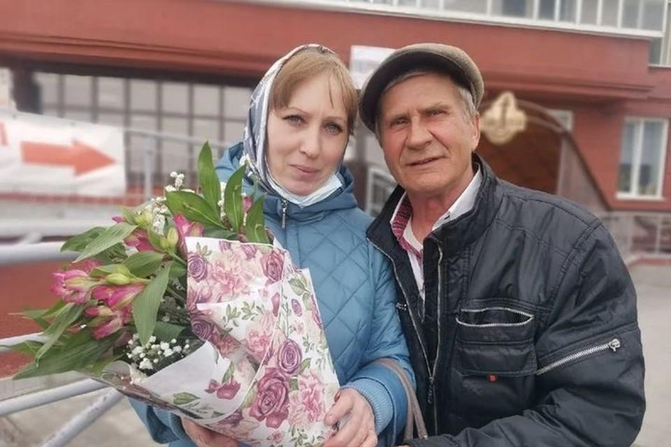 Виктор подарил Татьяне цветы.