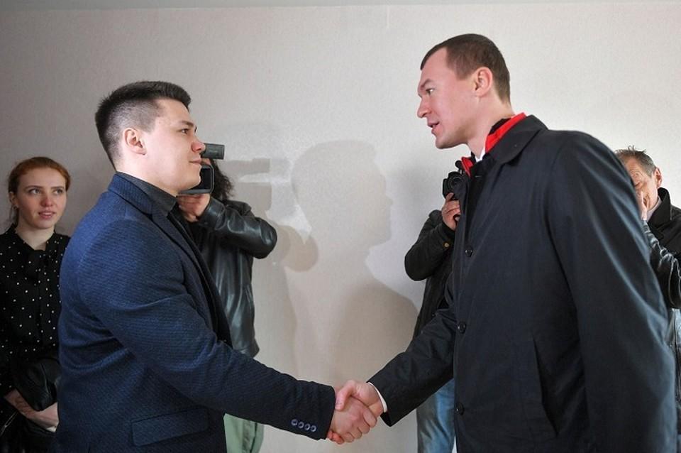 Сегодня ключи в доме на ул. Аэродромной, 21 получили 16 медработников. Фото: пресс-служба правительства Хабаровского края.