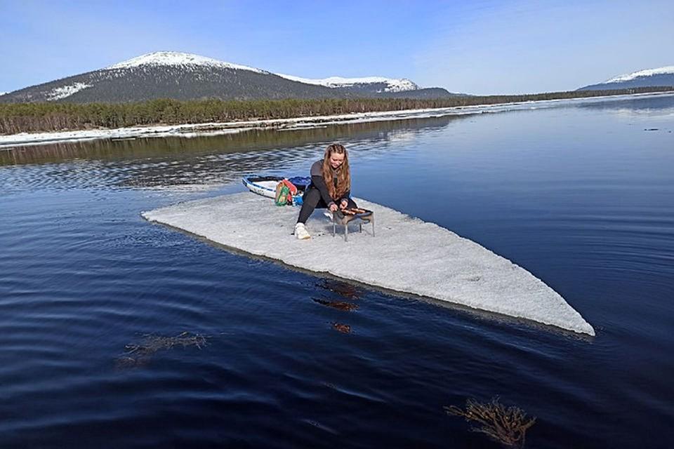 Кандалакшане приплыли на льдину на сапах. Фото: Ирина Гурина
