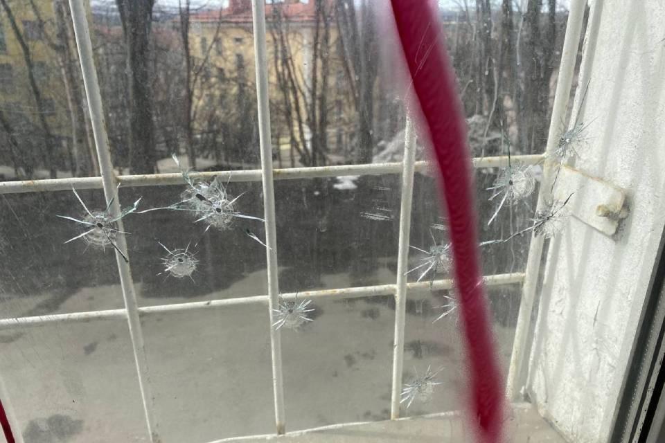На стеклах остались следы от пуль. Фото: Виолетта Грудина
