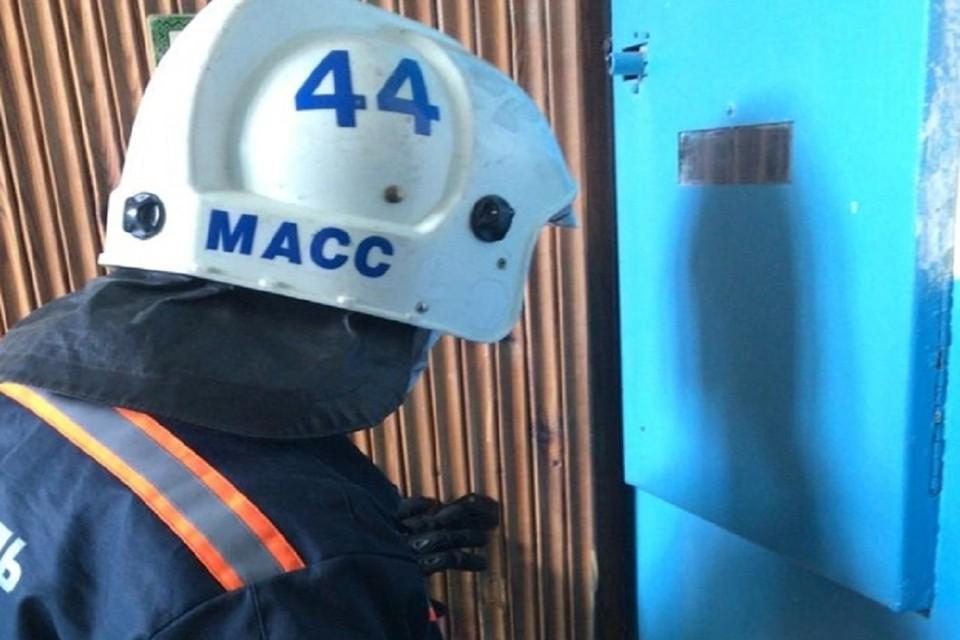 """В Новосибирске трое маленьких детей оказались заперты в квартирах. Фото: служба спасения """"МАСС""""."""