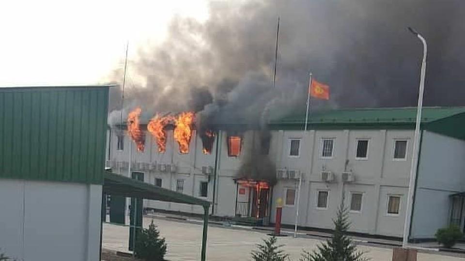 В Баткене в результате обстрела таджикской стороной загорелась погранзастава.