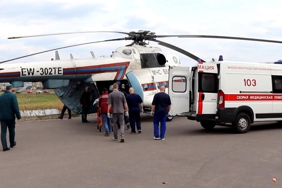 Пострадавший школьник в тяжелом состоянии, его перевезли в Минск на вертолете. Фото: стоп-кадр | видео МЧС.