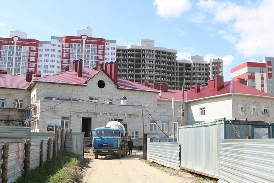 Полностью готова коробка здания, установлены оконные блоки.