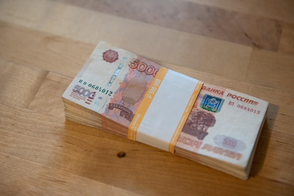 По указанию мошенника пенсионерка сложила в пакет вещи для внука и деньги, после чего передала их подъехавшему водителю такси.