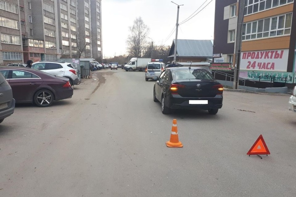 Авария произошла напротив дома №20 на улице Хлыновской. Фото: vk.com/gibdd43