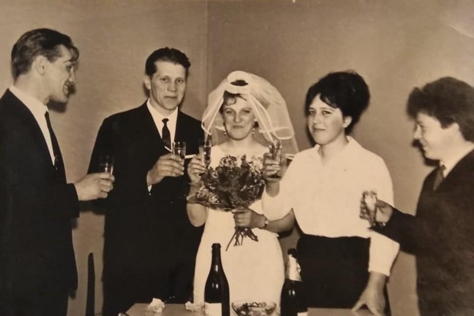 Жизнь молодых не развивалась по обычному советскому сценарию: накопить сначала на холодильник, телевизор и так далее. Фото: Личный архив (30.04.1966 г.)