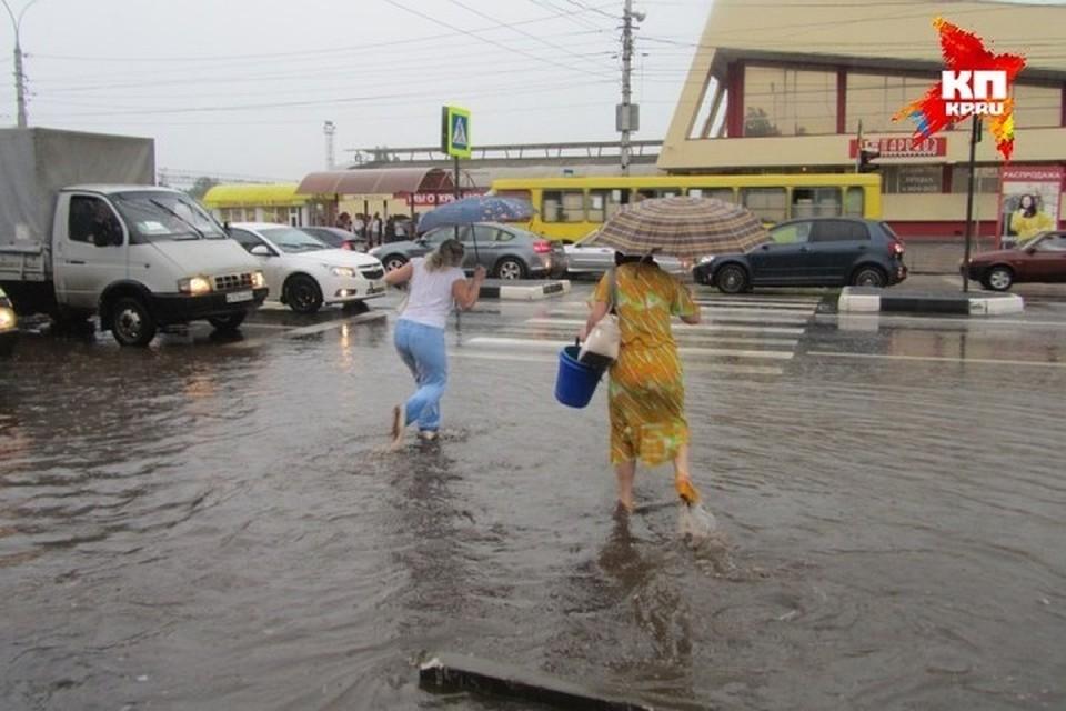 Казанцам советуют без лишней надобности на улицу не выходить, а если уж и выходить из дома, то точно не забывать зонтики.