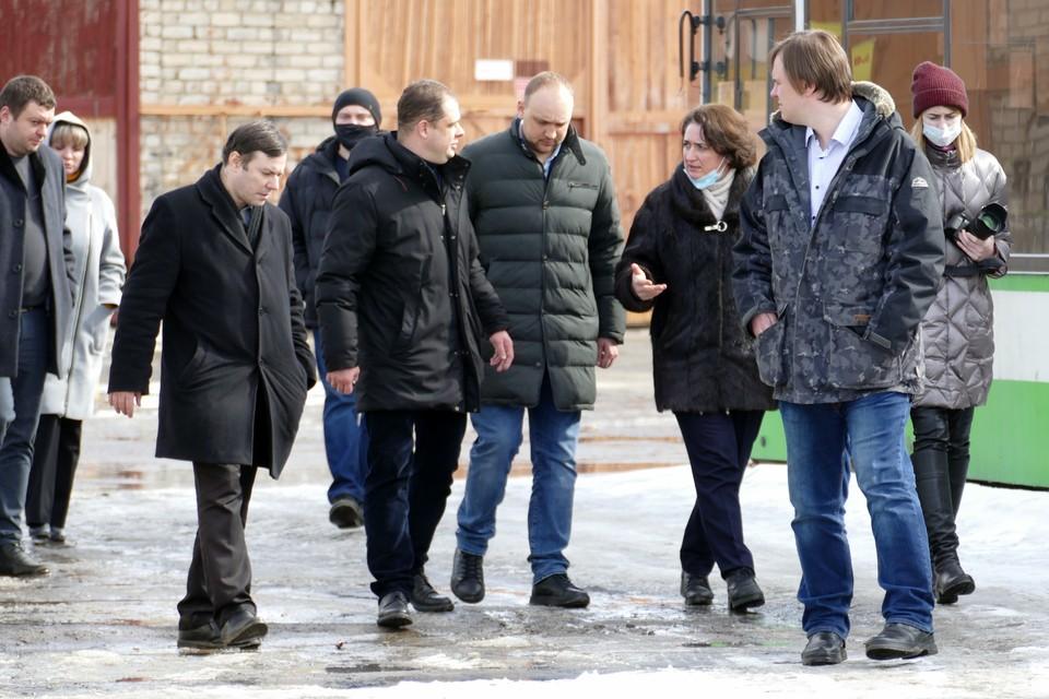 Владимир Бурмистров и члены рабочей группы во время посещения МУП «УРТ».