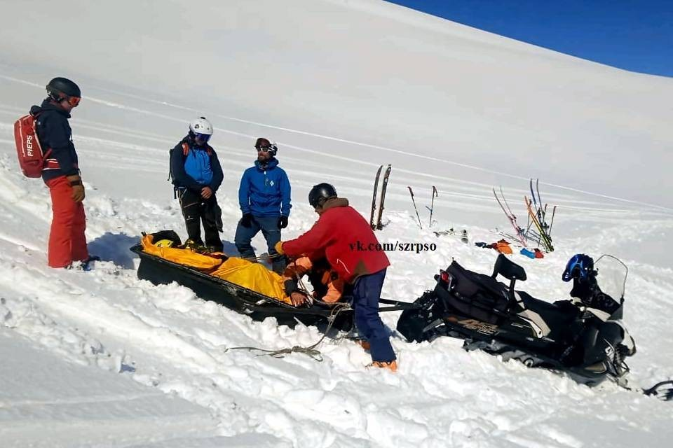 Лыжник в Хибинах повредил ногу. Фото: vk.com/szrpso