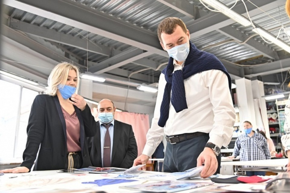 Михаил Дегтярев посетил производство компании Pauline. Фото: пресс-служба правительства Хабаровского края.