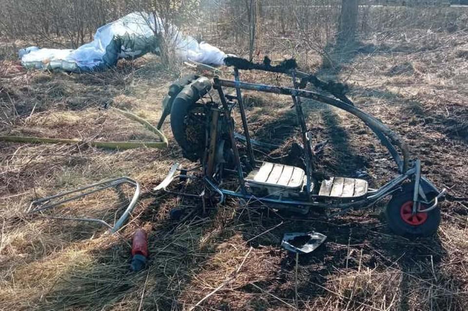 Мотодельтаплан загорелся после падении. Фото: kp.ru