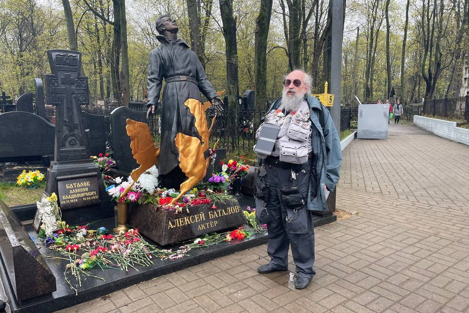 Первая экскурсия проекта «Исторические прогулки» с Анатолием Вассерманом прошла 3 мая на Преображенском кладбище столицы. Фото: Валентина КАРЕЛОВА.