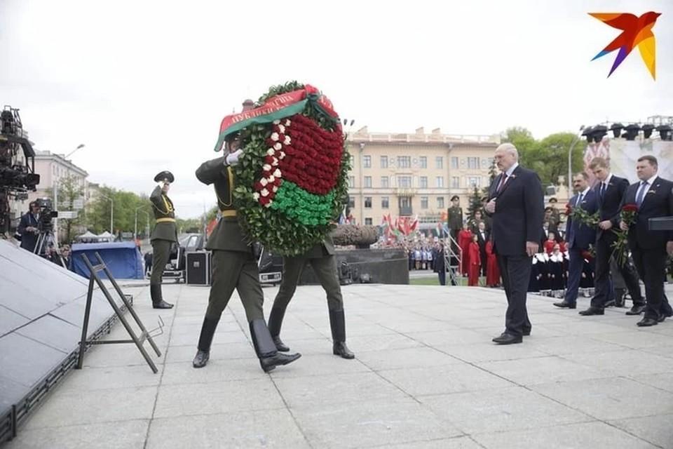 9 мая в 10.00 у стелы на площади Победы пройдет традиционное возложение венков. В мероприятии примет участие Александр Лукашенко.