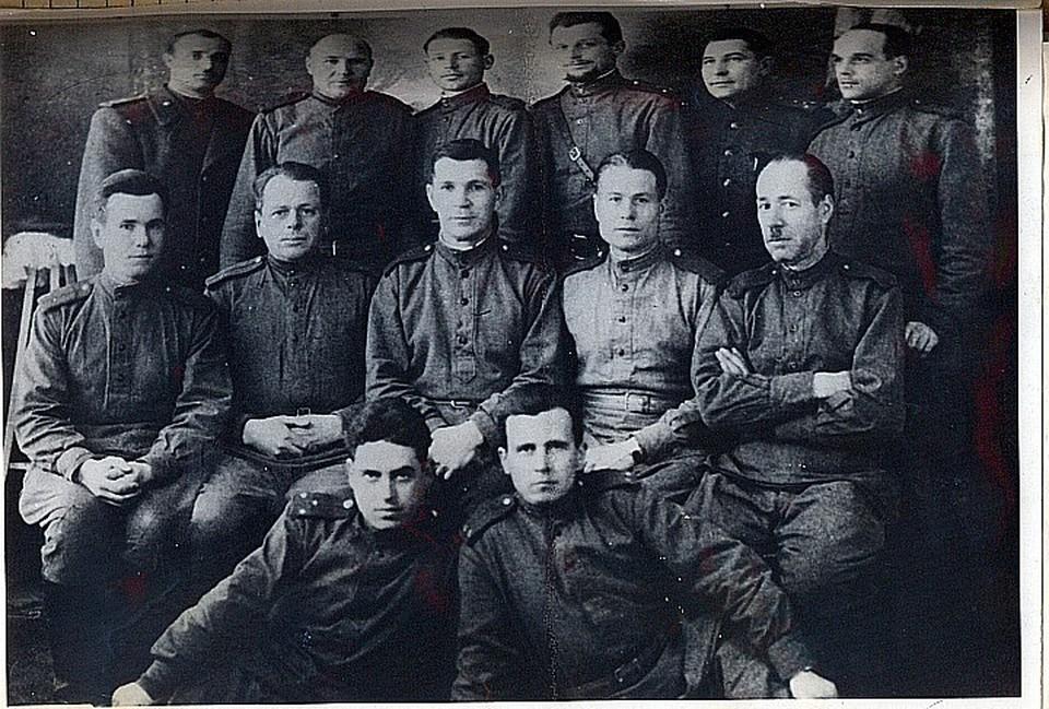 """Подпольный комитет лагеря """"Слобозия"""", послевоенное фото. Алексей Рындин - третий во втором ряду."""