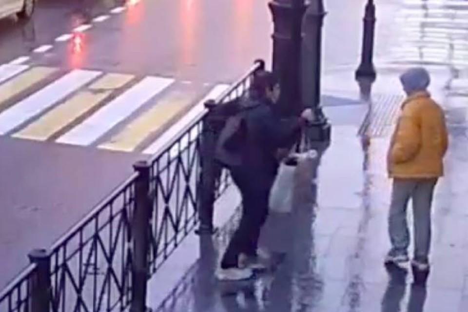 Мужчина пырнул ножом случайную прохожую девочку в Петербурге