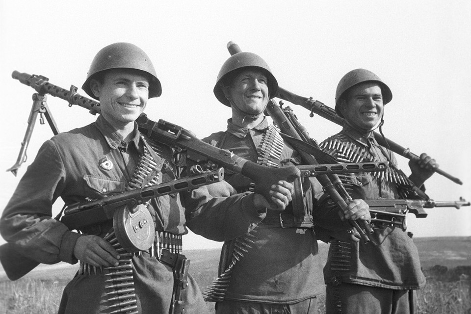 1942 год. Гвардейцы с захваченным трофейным оружием. Фото Марка Маркова-Гринберга /Фотохроника ТАСС/