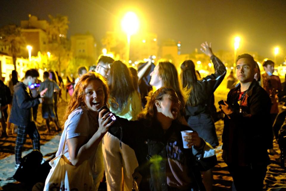 Испанцы отметили первую ночь без локдауна танцами на улице
