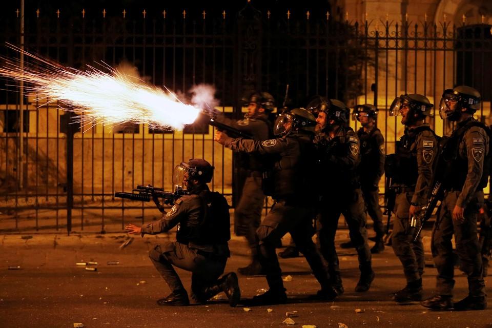 В ходе волнений были ранены более 250 гражданских лиц и 17 полицейских