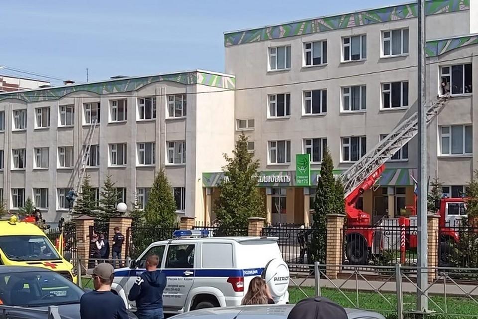 Учителя закрылись с детьми в классах. Людей с верхних этажей эвакуировали при помощи пожарной лестницы.
