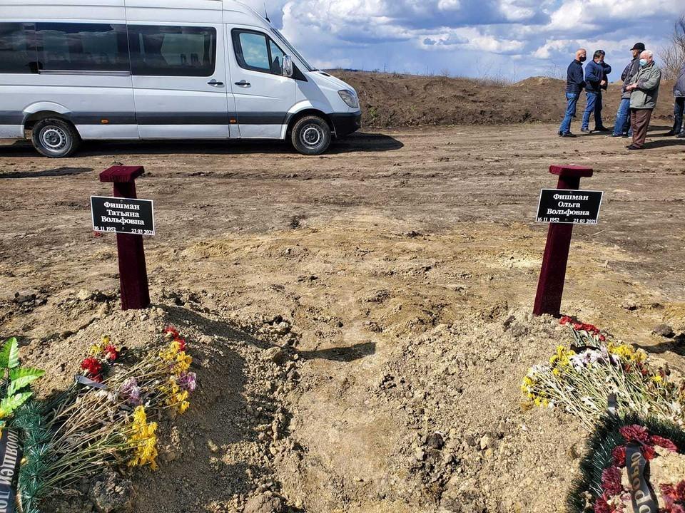 Та самая могила сестер-близняшек, умерших в один день.