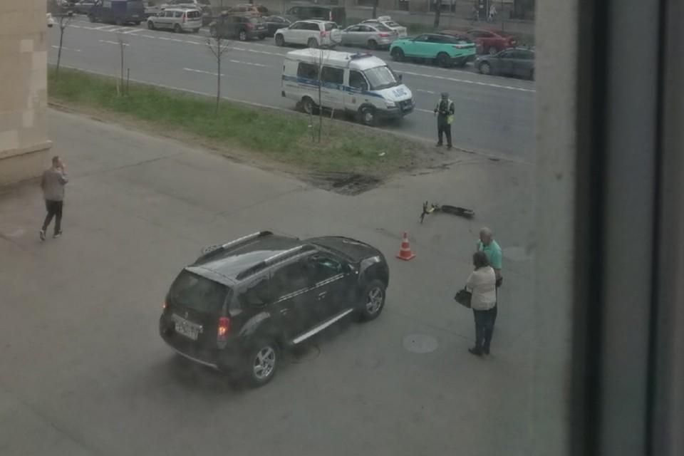 В Санкт-Петербурге иномарка влетела в самокатчиков, выезжая со двора. Фото: vk.com/spb_today