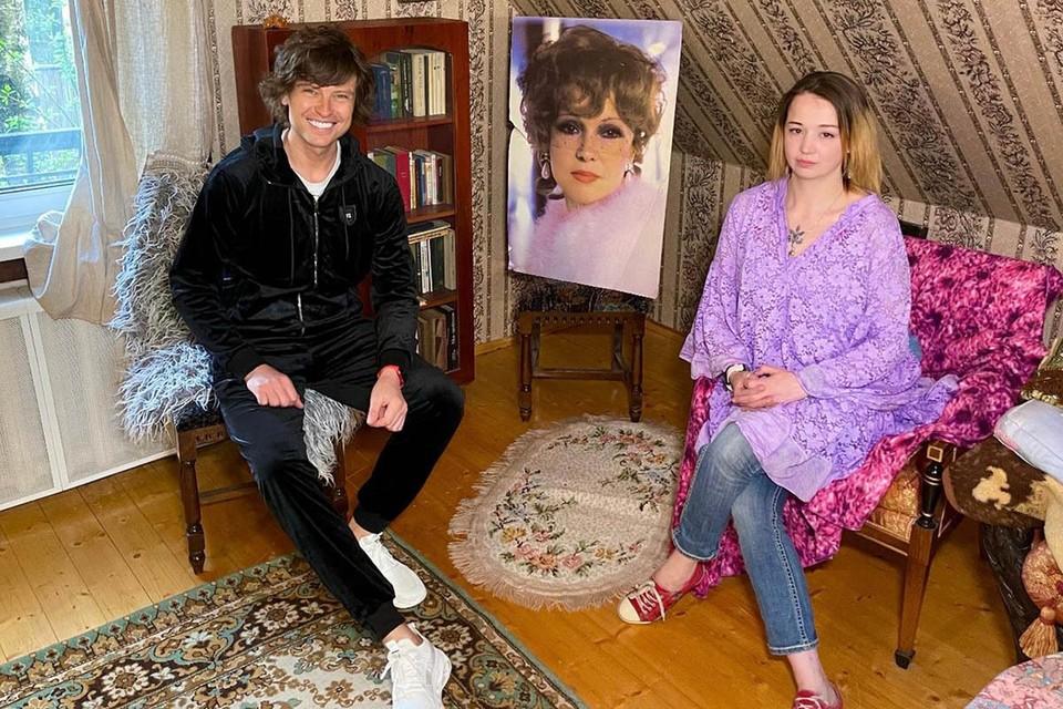 Известный ловелас Прохор Шаляпин и наследница знаменитой советской актрисы Людмилы Гурченко Елена Королева провели минувшие выходные на даче.