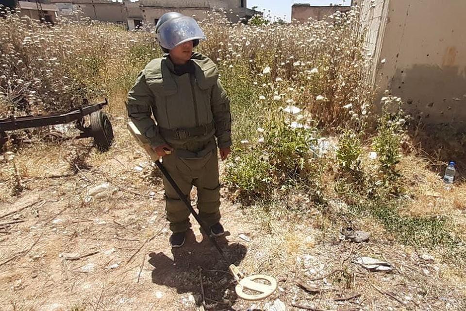 Военные инженеры из России и Сирии собирают реактивные снаряды, мины, самодельные ракеты, которые бросили террористы
