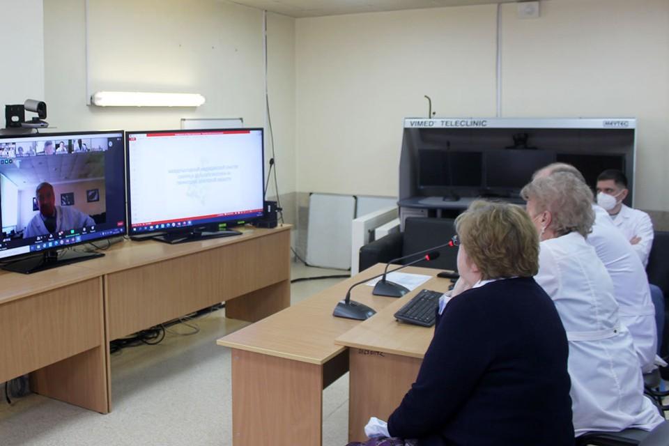 Современные информационные технологии позволяют проводить видеоконсультации с зарубежными коллегами и врачами областных поликлиник. Фото: Валерий Гомзяков