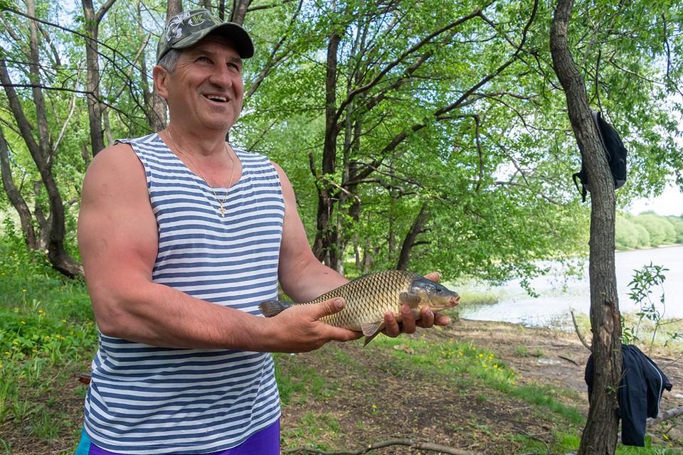 Рыбак Валентин и карп, пойманный на кукурузу в Борисовском пруду.