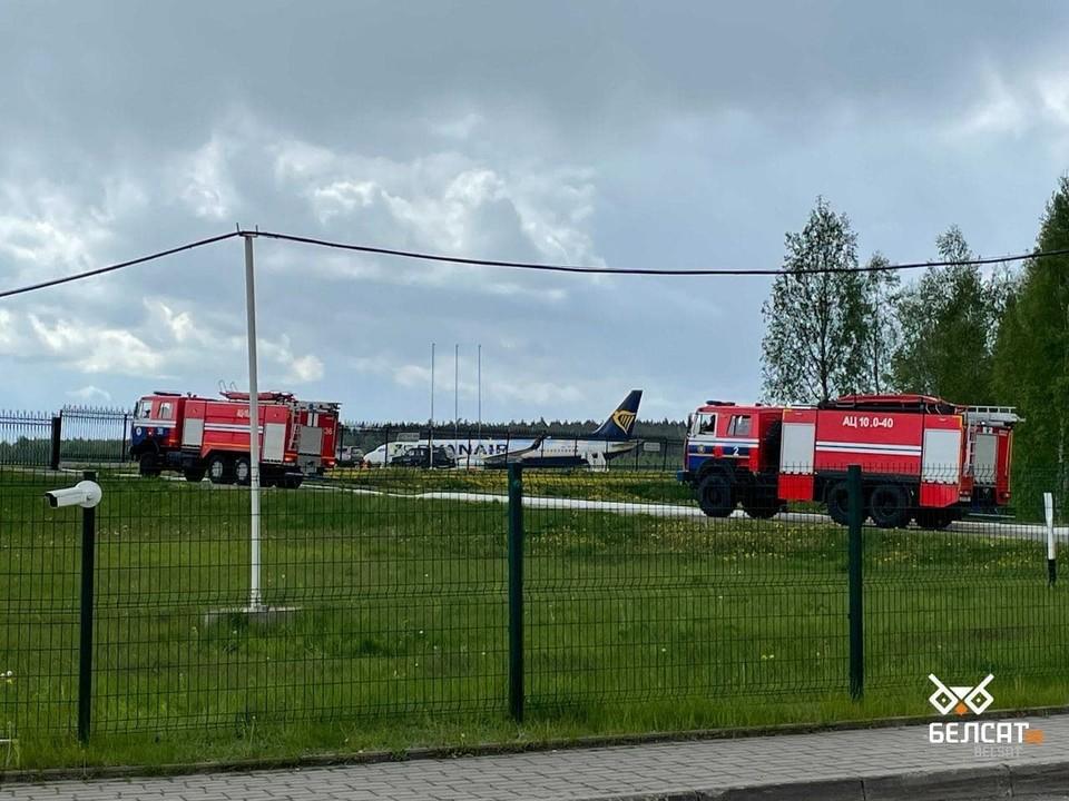 Пилоты подали сигнал о минировании: в минском аэропорту совершил аварийную посадку самолет лоукос-авиакомпании Ryanair. Фото: Белсат.