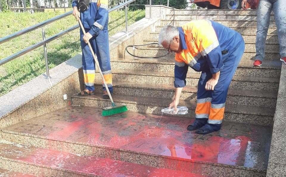 Рабочим пришлось воспользоваться растворителем, чтобы отмыть стойкую краску. Фото: пресс-служба администрации Омска