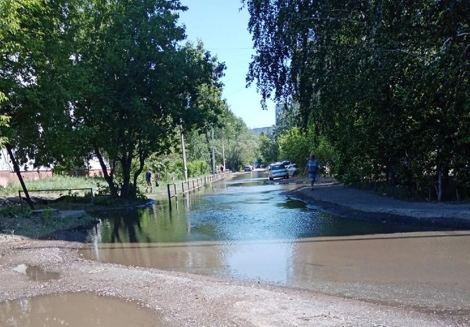 Лужа уже затопила практически всю улицу.