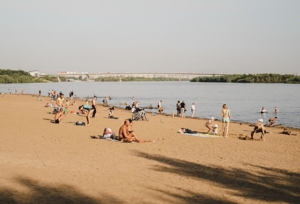 За отдыхом омичей на пляже будут следить спасатели.