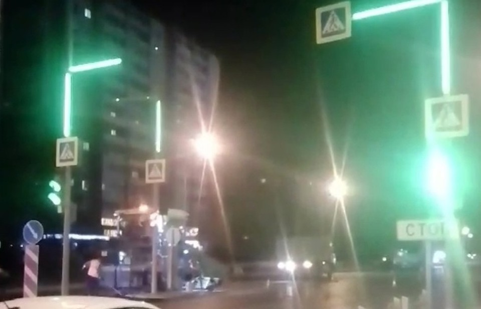 В Тюмени подсветили опоры светофора у ТЦ «Колумб».