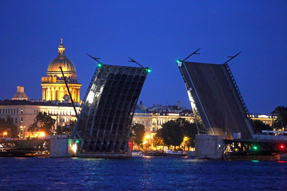 В ночь с 28 на 29 мая Дворцовый мост разведут на час раньше