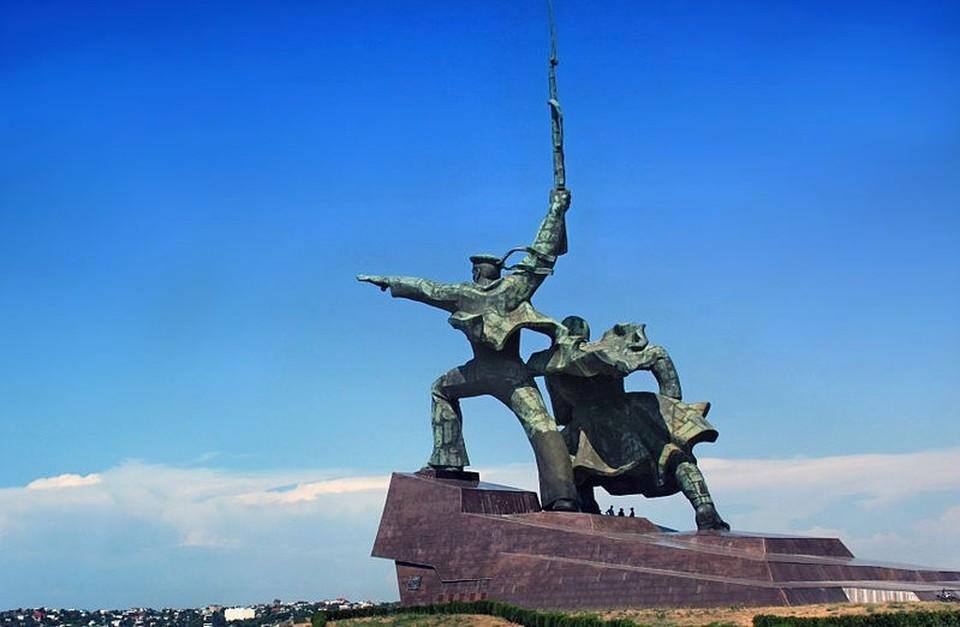 Согласно закону, горожане, награжденные знаком «Житель осажденного Севастополя», получают федеральные меры социальной поддержки, положенные ветеранам. Фото: свободная энциклопедия «Википедия».