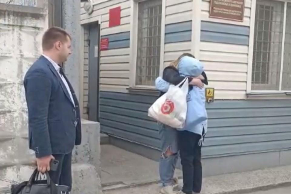 Сибирячку у дверей изолятора встречали мама и адвокат. Фото: скриншот с видео.