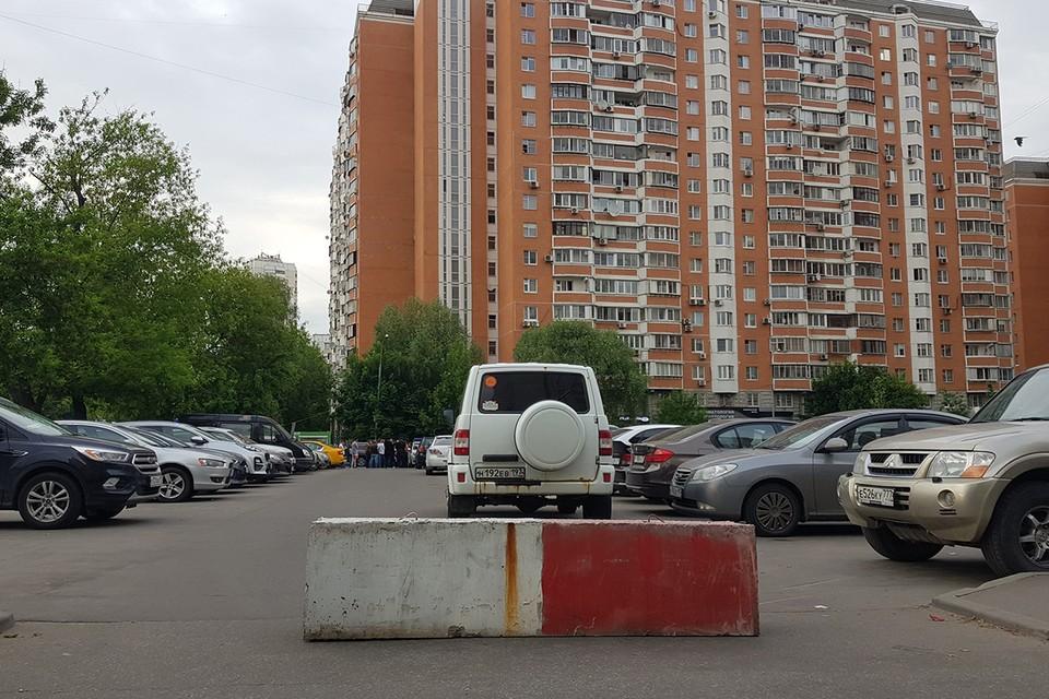 В Бескудниково неизвестный установили павильон и бетонные блоки. Жильцы опасаются, что здесь хотят устроить платную парковку.