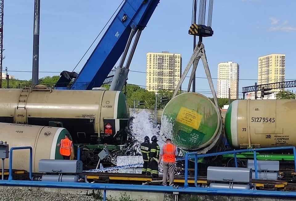 Дизельное топливо вылилось на железнодорожные пути. Фото: пресс-служба СУ на транспорте СКР