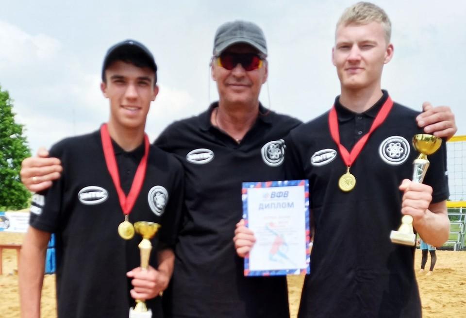 Волейболисты Николай Киселев и Дмитрий Хвостиков с тренером Игорем Олефиром.