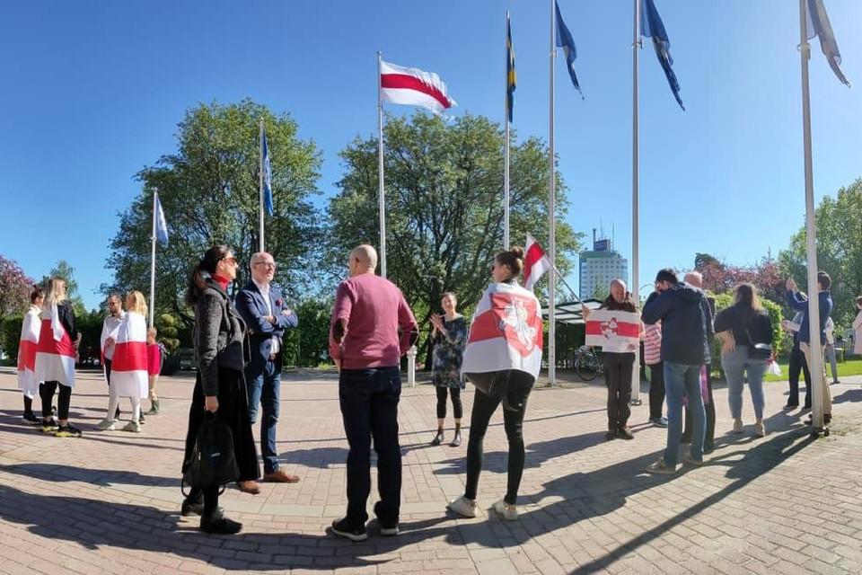 Бело-красно-белый флаг подняли у белорусского посольства в Стокгольме. Фото: t.me/belarusy_zarubezhja