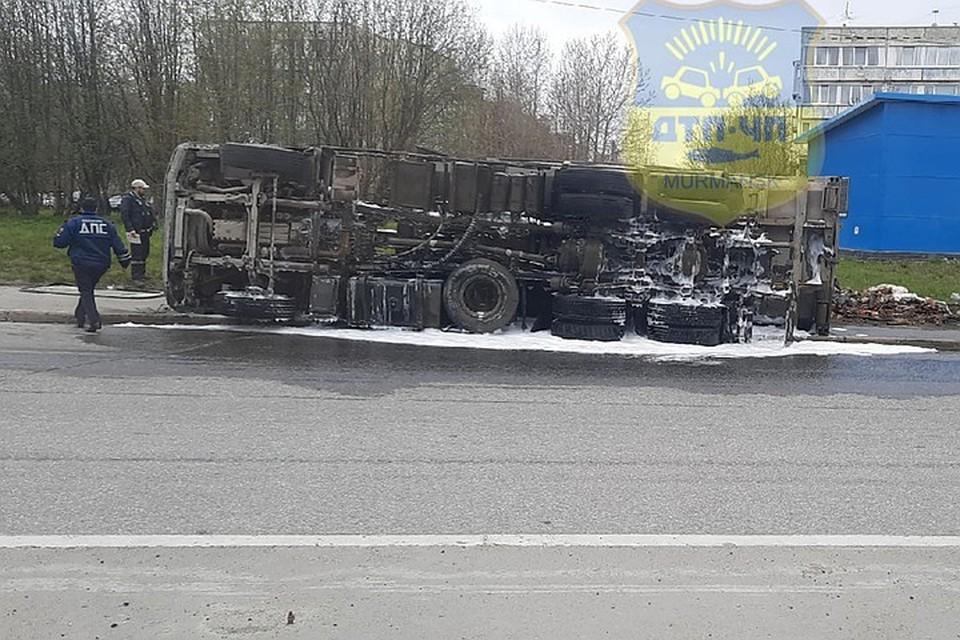 По словам очевидцев, все случилось в момент, когда большегруз входил в поворот. Фото: vk.com/murmansk_dtp